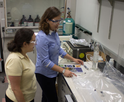LSC Partners in Science student and mentor in the laboratory.